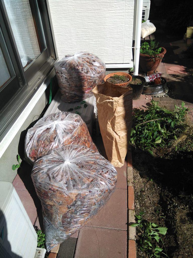 「落ち葉」ゴミ袋3つ分