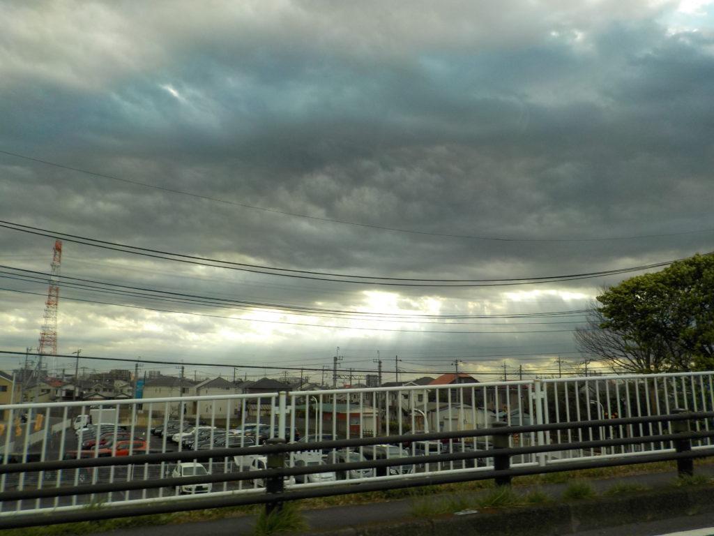 鉛色の空から差し込む光
