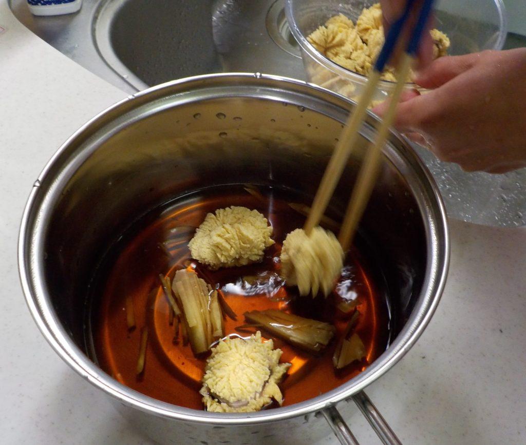鍋にぶりの卵を移す。