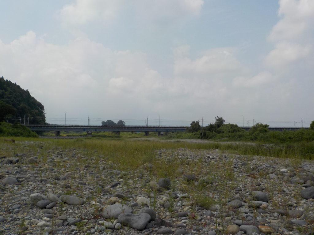 河原からさっき走った橋を望む