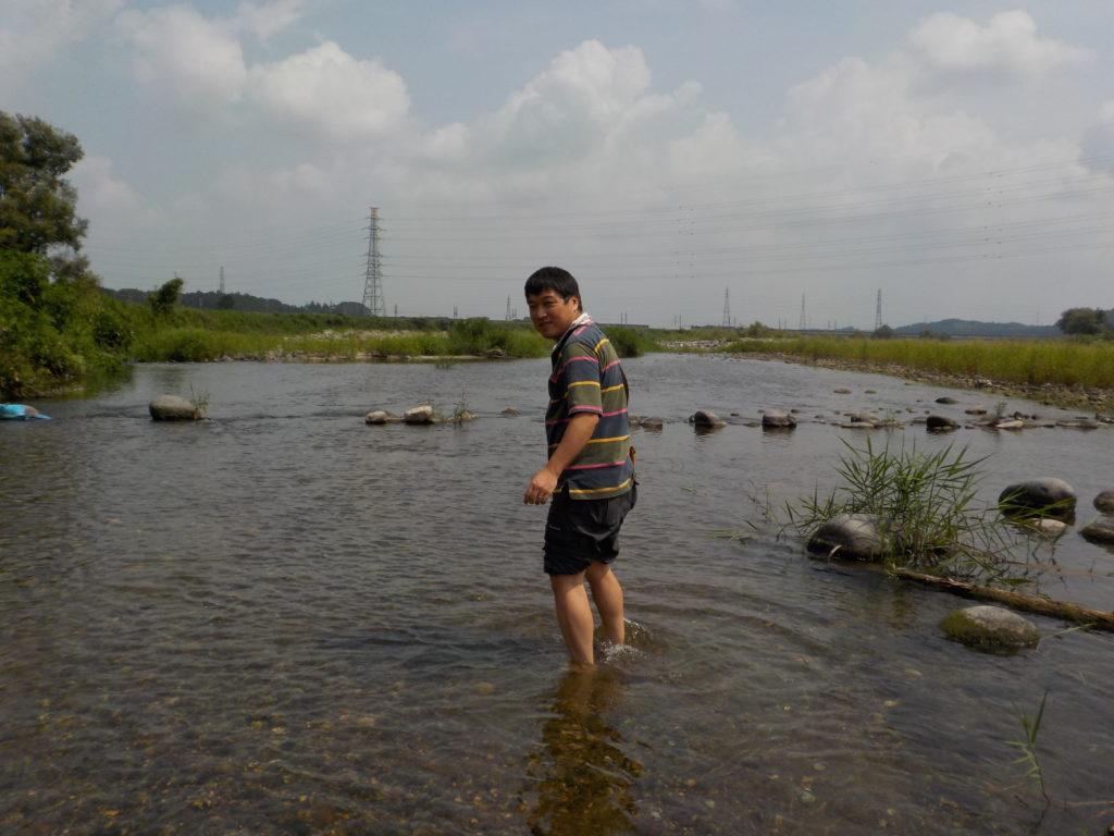 浅瀬に入るマッキー