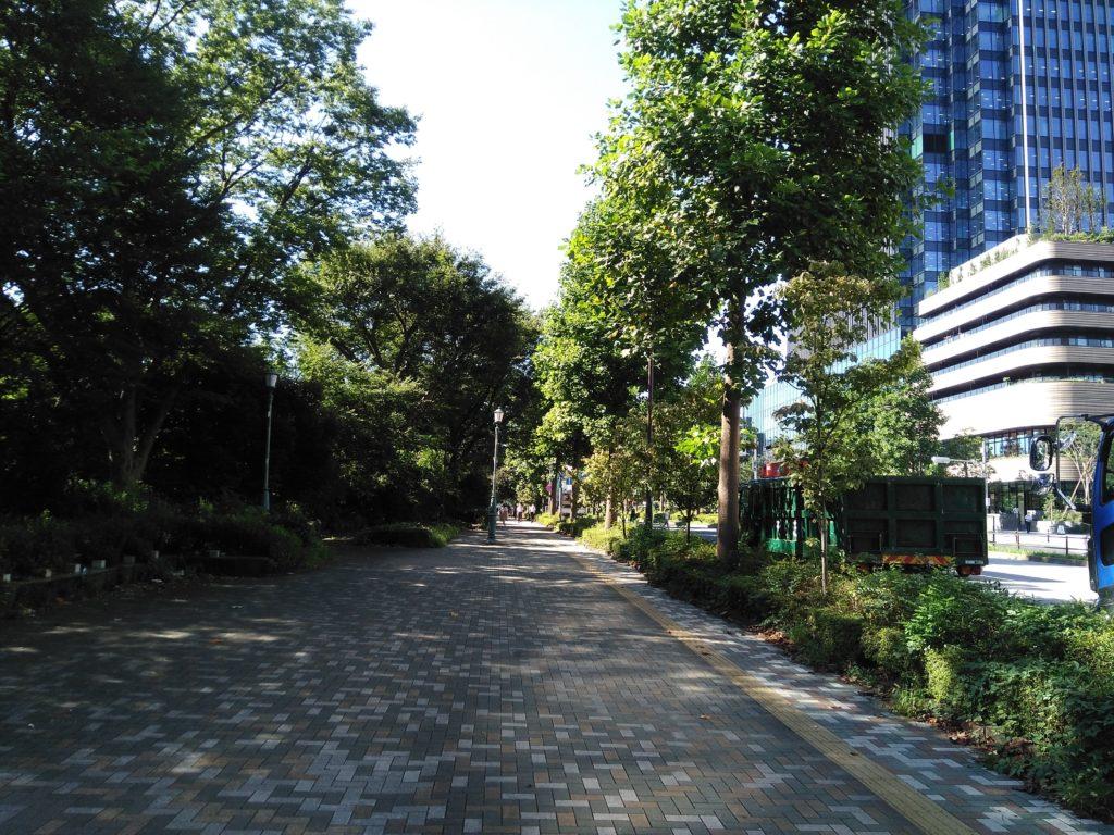 四ツ谷駅に続く歩道