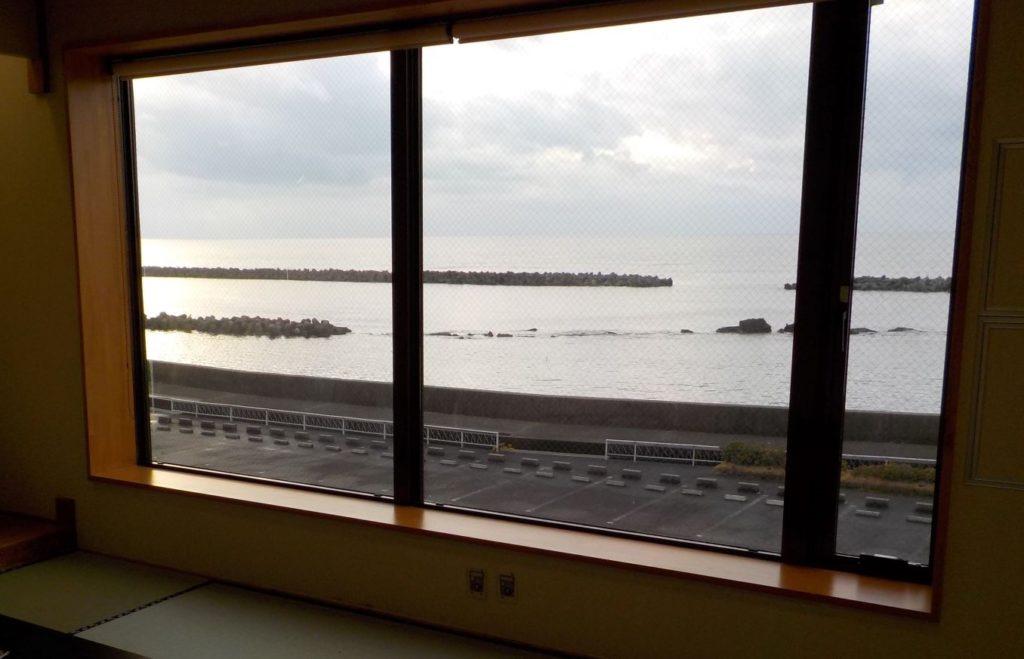 部屋の窓から望む日本海
